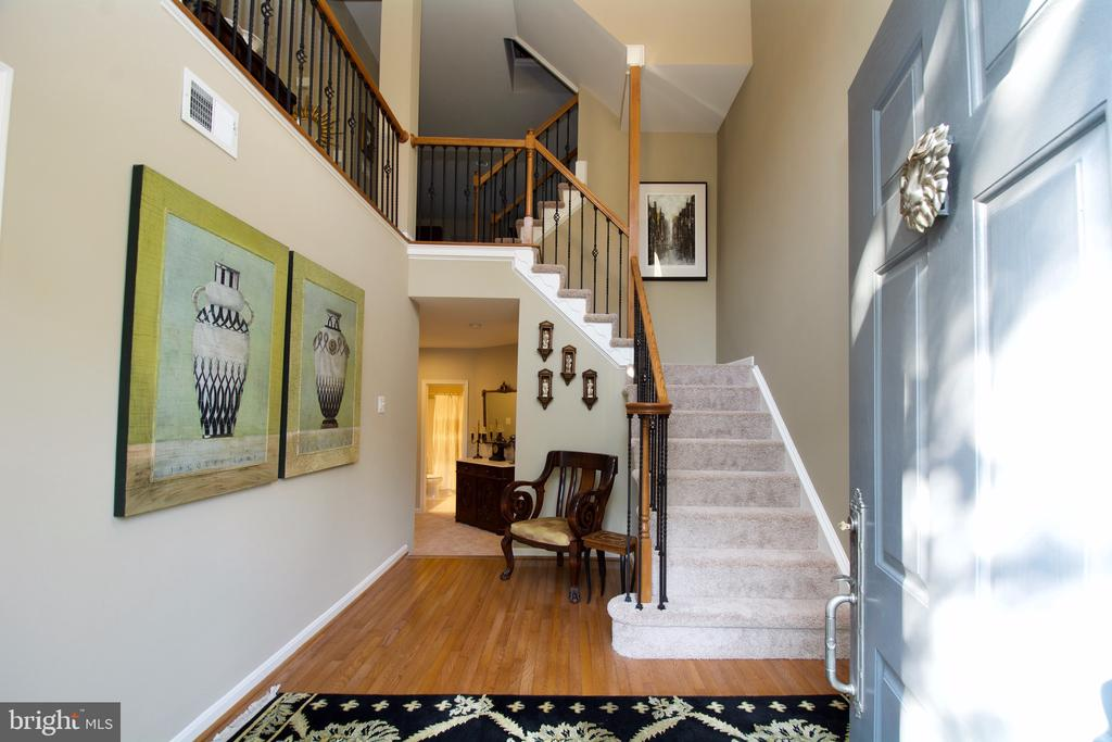 Dramatic Foyer - 5793 VALLEY VIEW DR, ALEXANDRIA