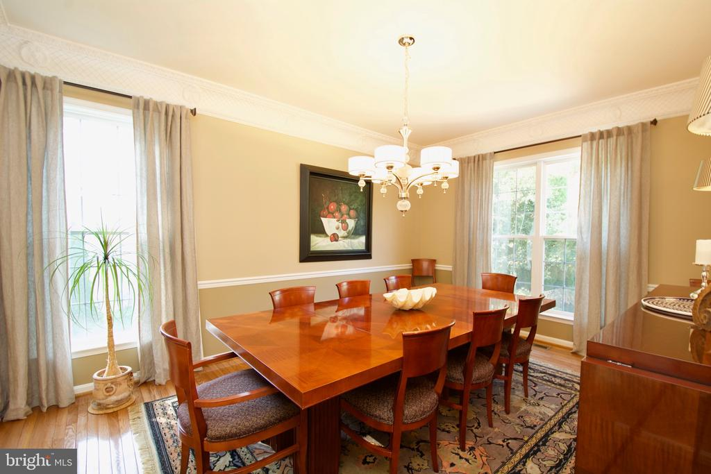 Light filled dining room for bunch or dinner. - 5793 VALLEY VIEW DR, ALEXANDRIA