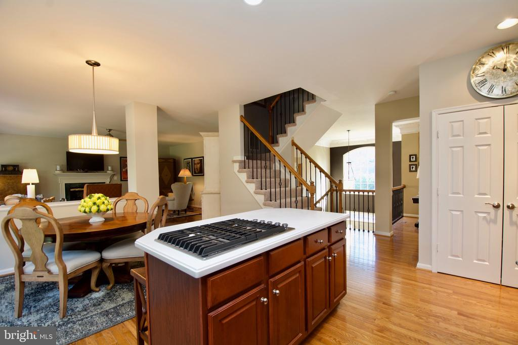 Spacious eat in kitchen or Formal DR next door. - 5793 VALLEY VIEW DR, ALEXANDRIA