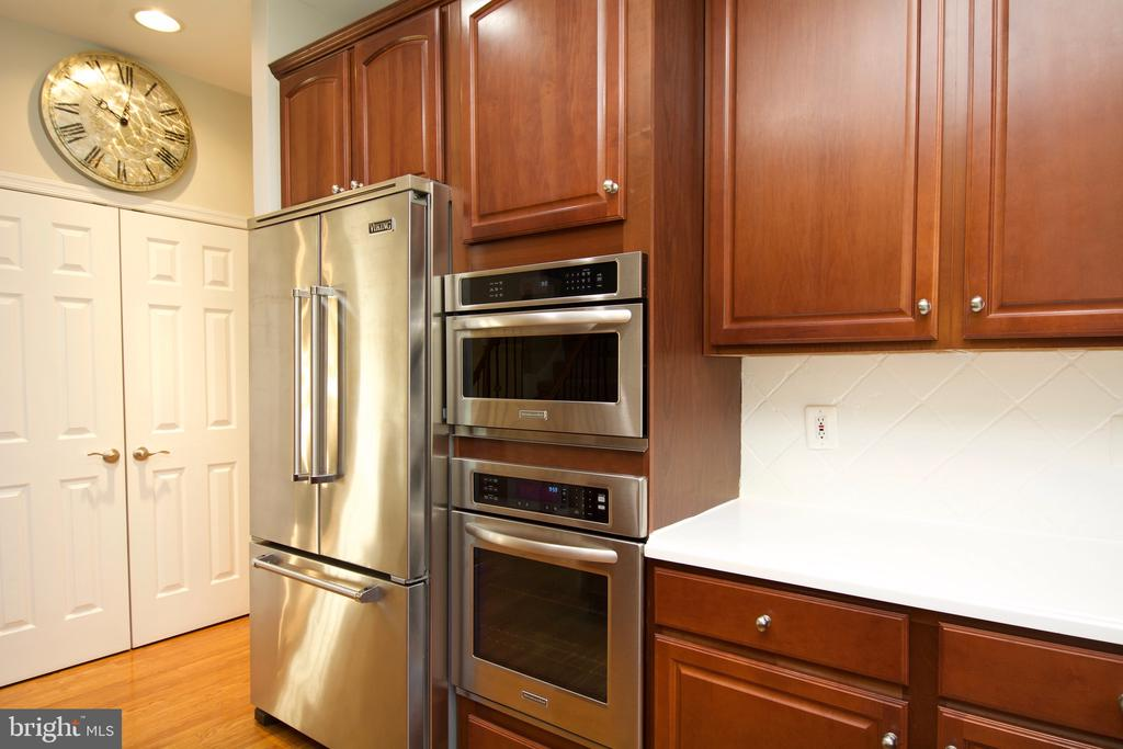 Huge double door pantry and 42 inch cabs - 5793 VALLEY VIEW DR, ALEXANDRIA