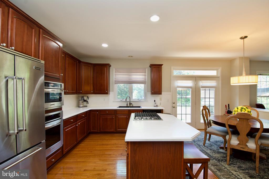 Superbly upgraded kitchen, what else do you need - 5793 VALLEY VIEW DR, ALEXANDRIA