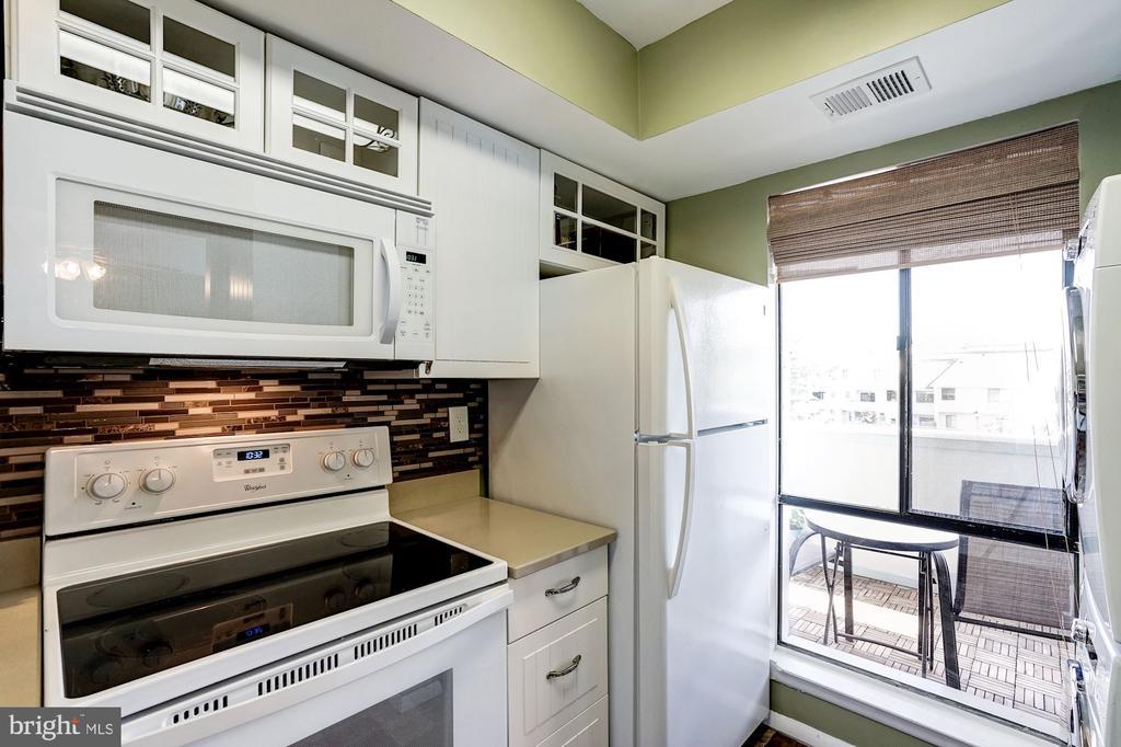 Kitchen - Lge Window Allows in Abundance of Light! - 5758 VILLAGE GREEN DR #F, ALEXANDRIA