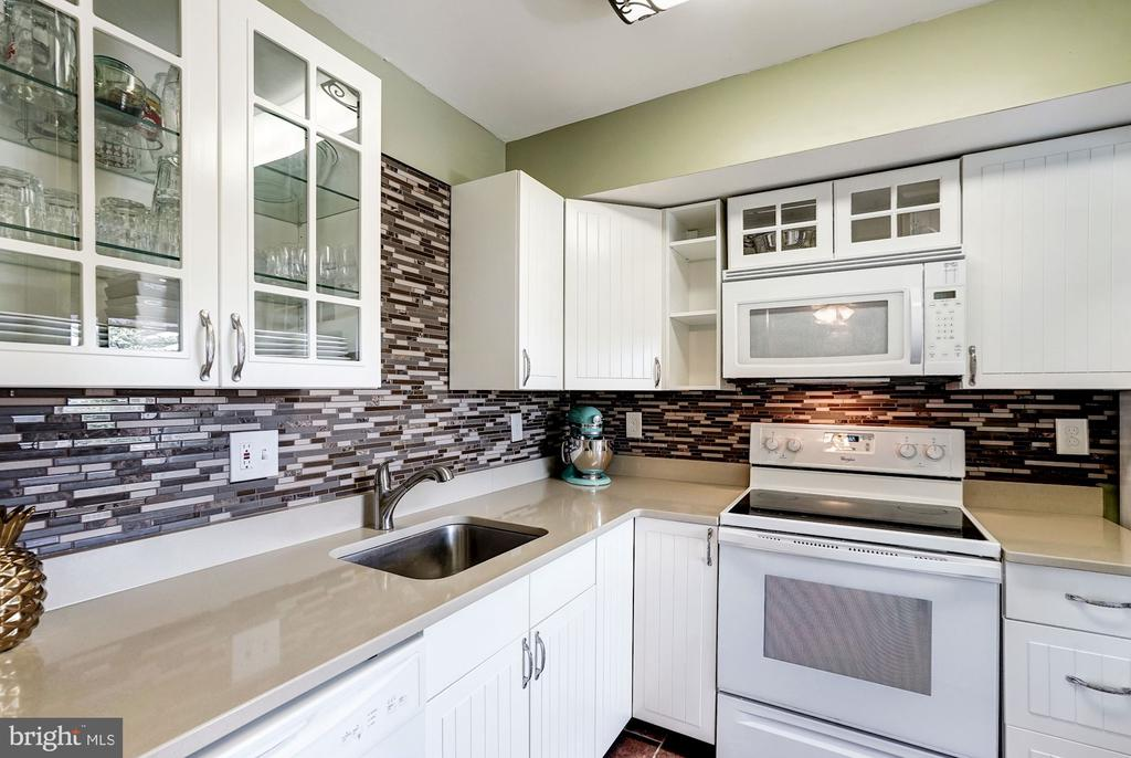 Kitchen - Appliances are Only 3 Years Young! - 5758 VILLAGE GREEN DR #F, ALEXANDRIA