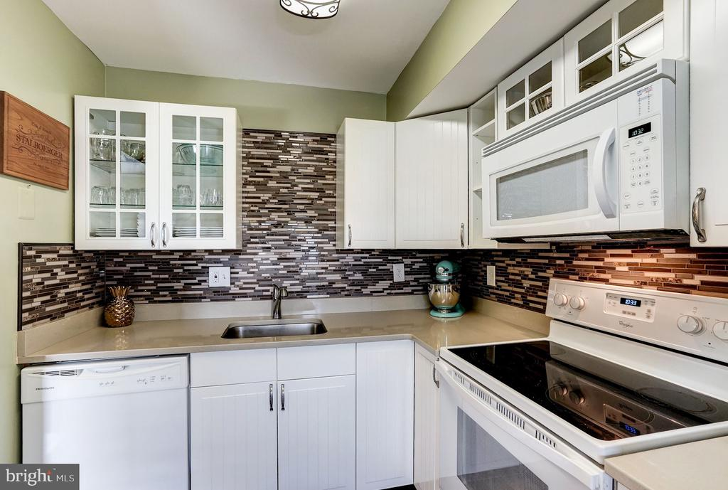 Fresh Modern Cabinets & Custom Back Splash - 5758 VILLAGE GREEN DR #F, ALEXANDRIA