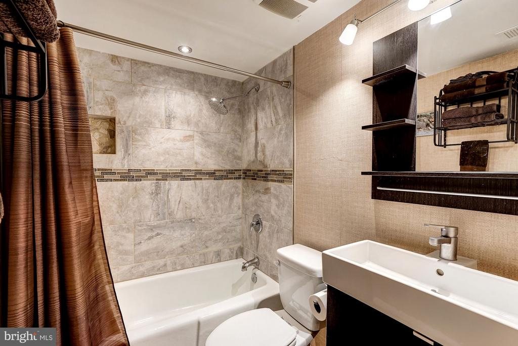 Full Bathroom #2 - Renovated Gorgeously in 2016! - 5758 VILLAGE GREEN DR #F, ALEXANDRIA