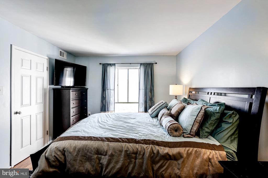 Master Bedrm - Hardwood Floors, Views of Courtyard - 5758 VILLAGE GREEN DR #F, ALEXANDRIA