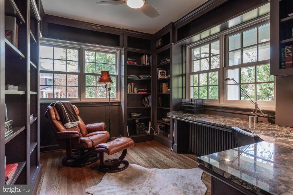 Study with granite topped desk and built-ins - 830 W BRADDOCK RD, ALEXANDRIA