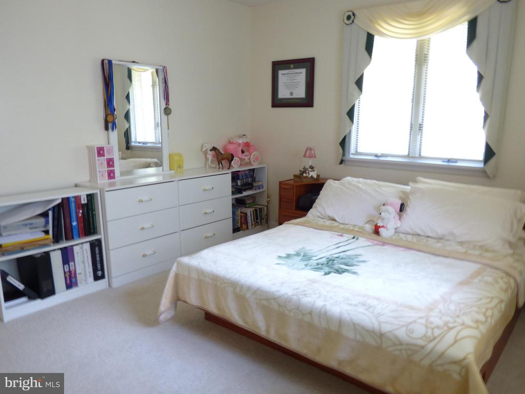 Large second bedroom - 12219 CHAPEL RD, CLIFTON
