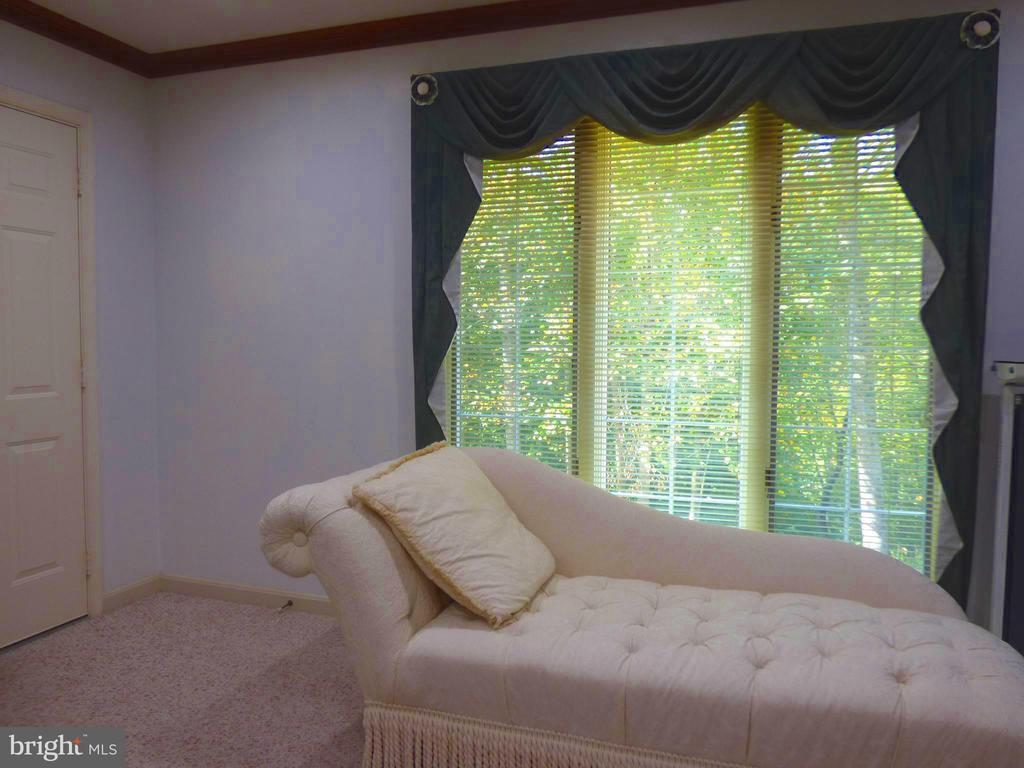 You can relax near the picturesque window - 12219 CHAPEL RD, CLIFTON