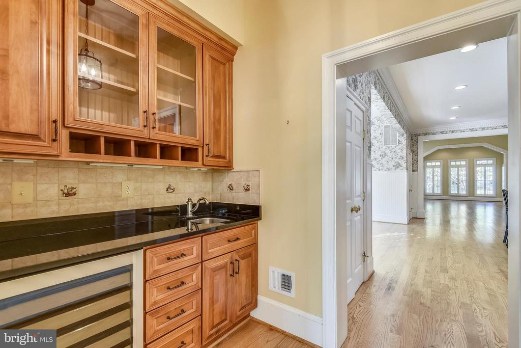 Butler's Pantry between Dining Room & Kitchen. - 9880 PALACE GREEN WAY, VIENNA