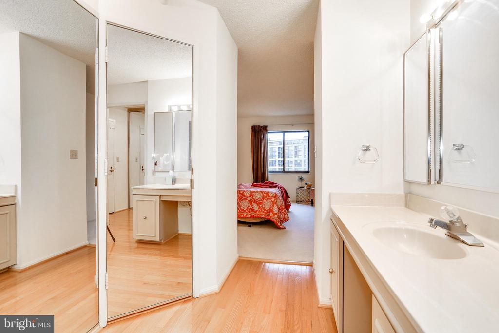 3 closets in the owner's suite - 1600 N OAK ST #1116, ARLINGTON