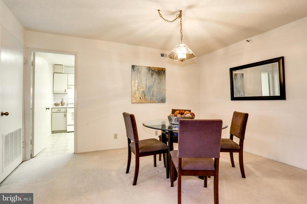 Dining area leads into the kitchen - 1600 N OAK ST #1116, ARLINGTON