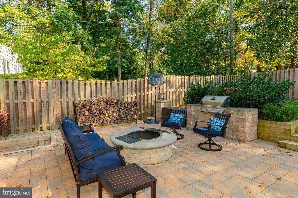 Rear Patio Fireplace - 704 CHALFONTE DR, ALEXANDRIA