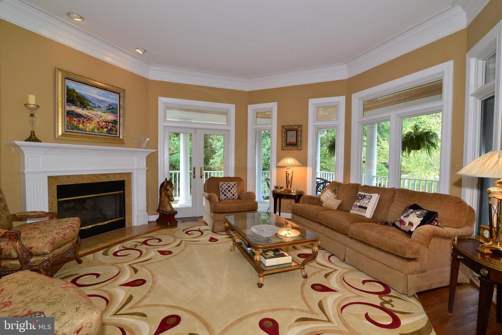 Intimate Octagonal Living Room w/Walls of Windows. - 10507 WICKENS RD, VIENNA
