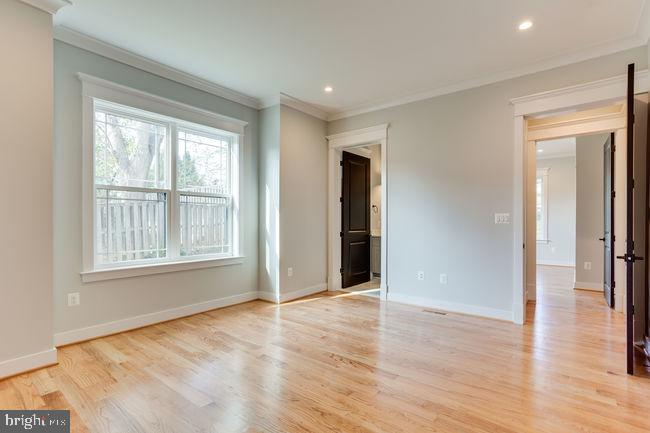 Main floor bed room with a walk in closet - 7022 HECTOR RD, MCLEAN
