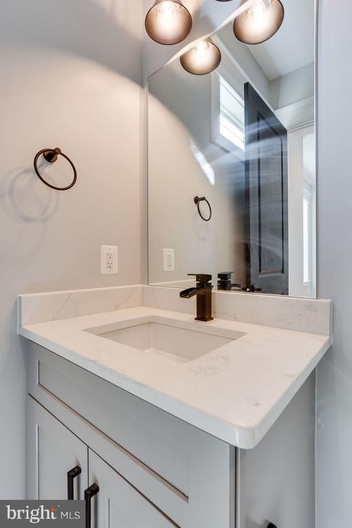 Main floor bath - 7022 HECTOR RD, MCLEAN