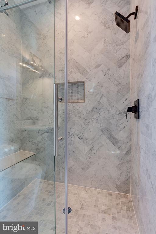 Standing shower - 7022 HECTOR RD, MCLEAN