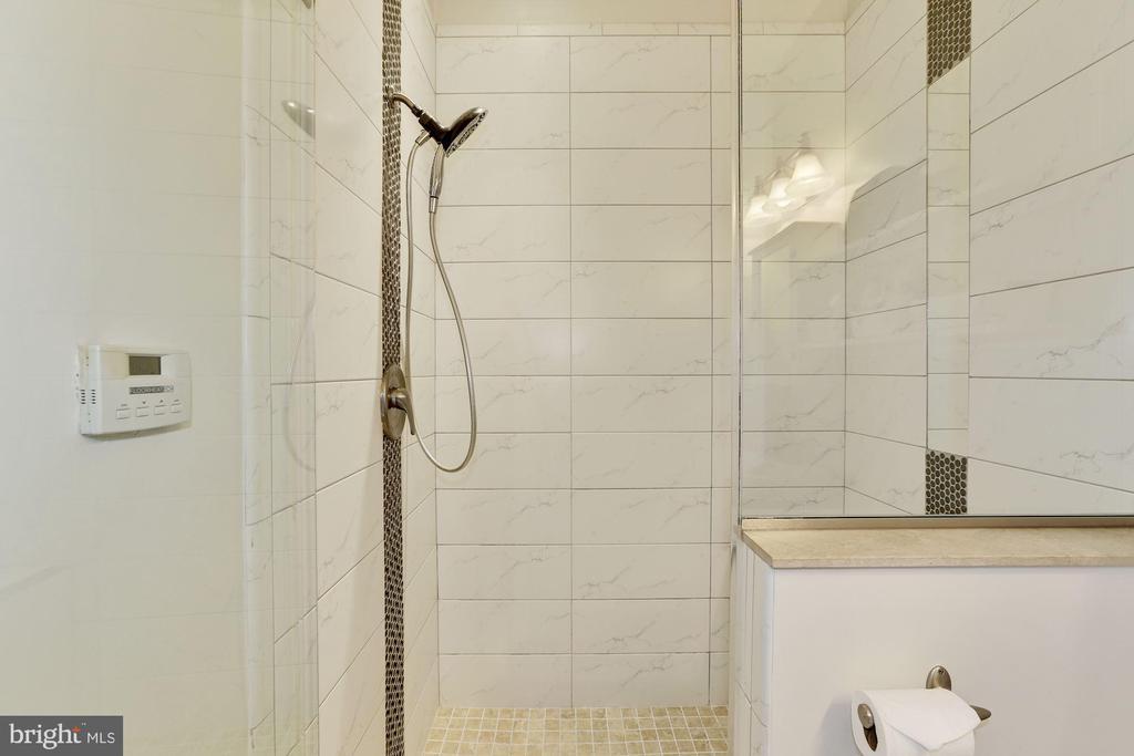 En-suite Frameless Glass Shower - 12580 HALL SHOP RD, FULTON