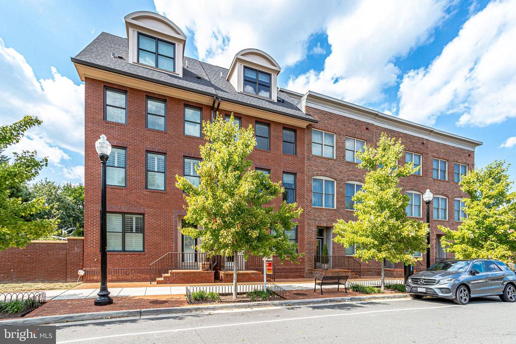 All exterior maintenance is covered by the HOA. - 1106 S EDGEWOOD ST, ARLINGTON