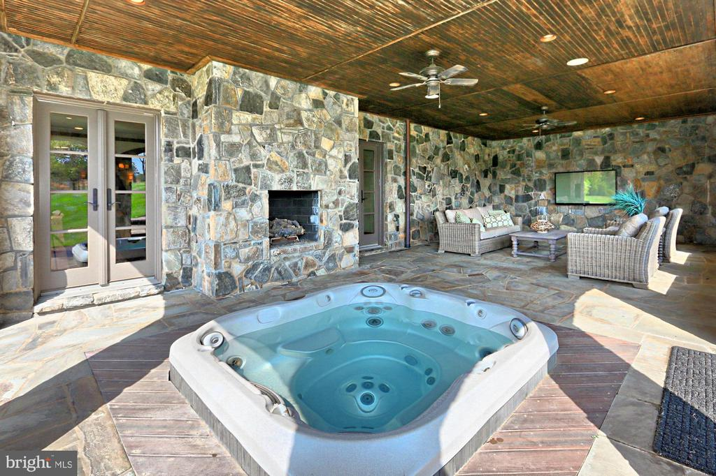 Sunken Hot Tub - 22694 CREIGHTON FARMS DR, LEESBURG