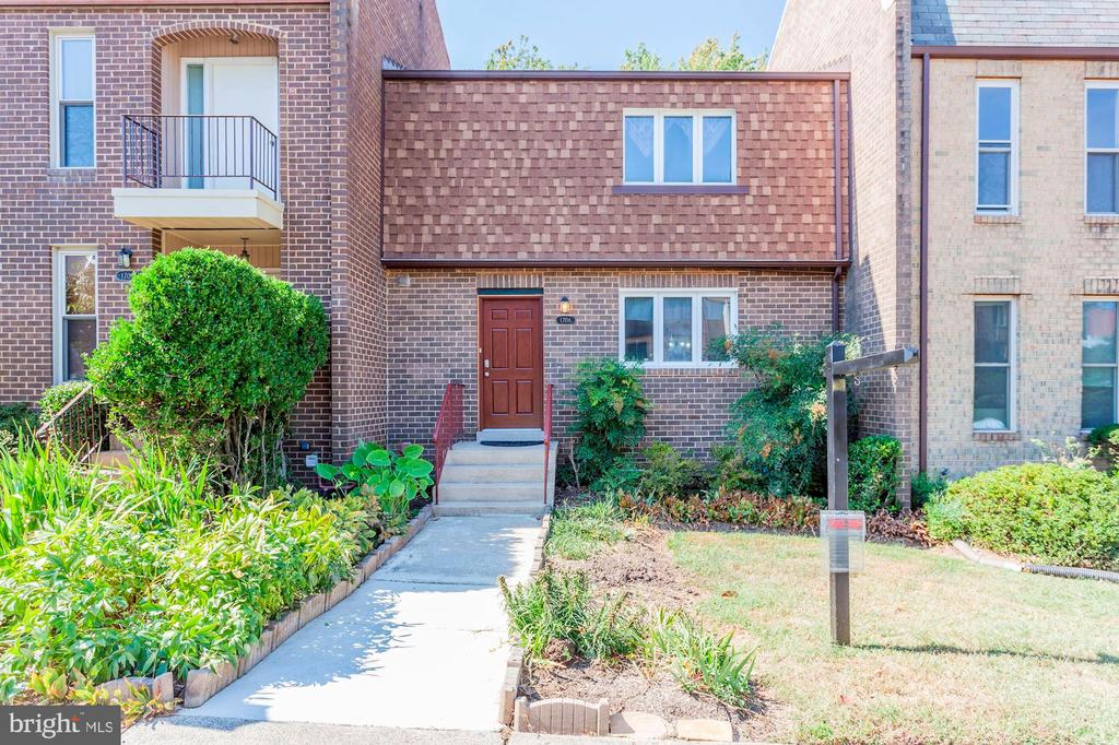 All Brick Townhouse Located in Heart of Tyson's! - 1706 TYVALE CT, VIENNA
