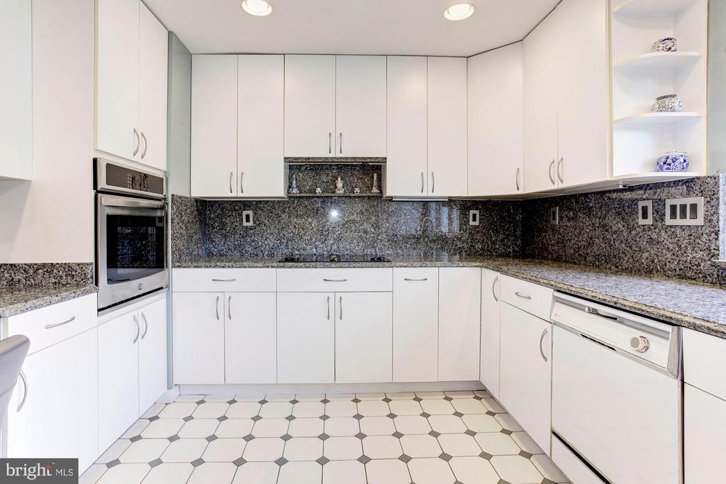 Kitchen - On-Trend White & Gray Color Palette! - 1706 TYVALE CT, VIENNA