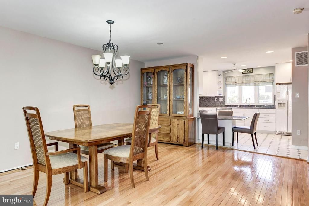 Home Features Casual & Formal Dining Areas! - 1706 TYVALE CT, VIENNA
