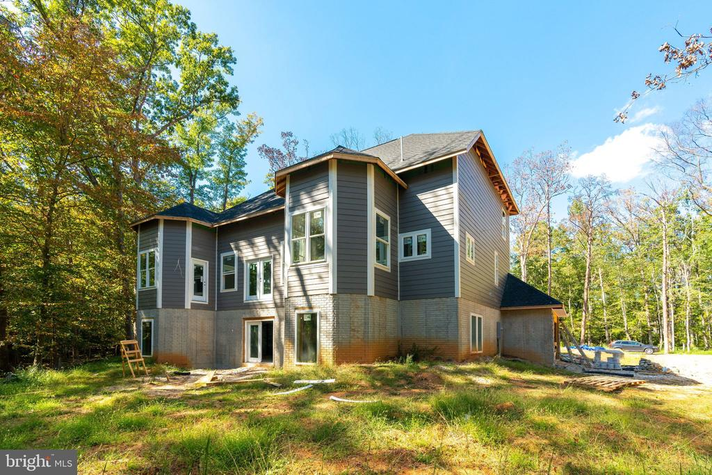 Stands out from the rest with detailed finishes - 6040 BARBERRY TRL, LORTON