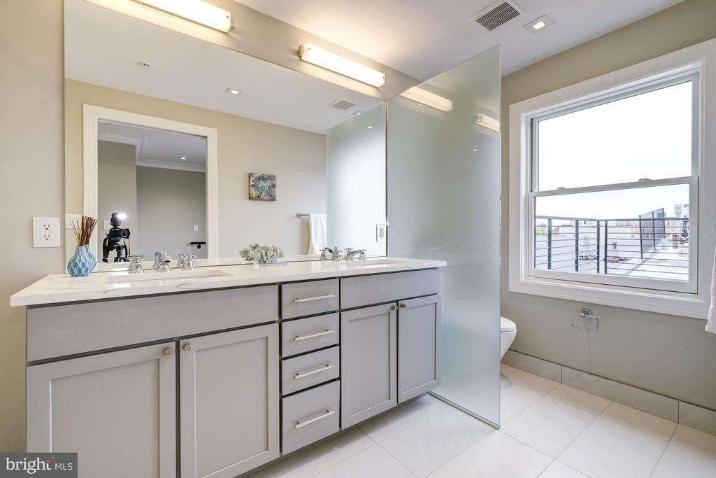 2nd floor master bathroom - 2560 UNIVERSITY PL NW #PH, WASHINGTON