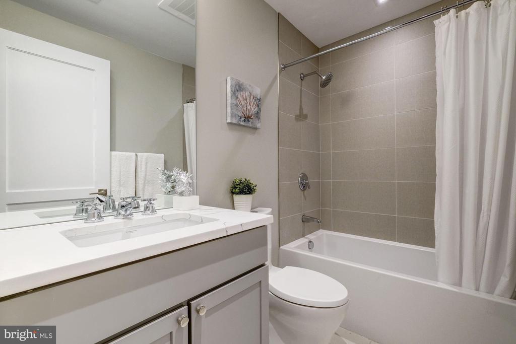 Hall full bath - 2560 UNIVERSITY PL NW #PH, WASHINGTON