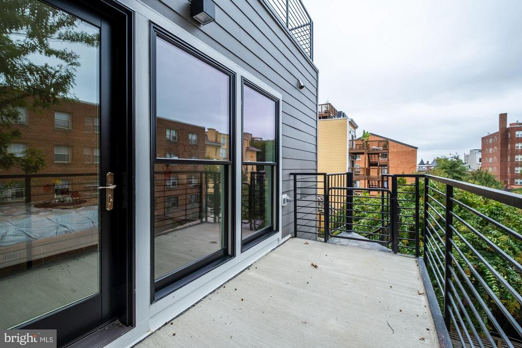 Deck off main floor master bedroom - 2560 UNIVERSITY PL NW #PH, WASHINGTON
