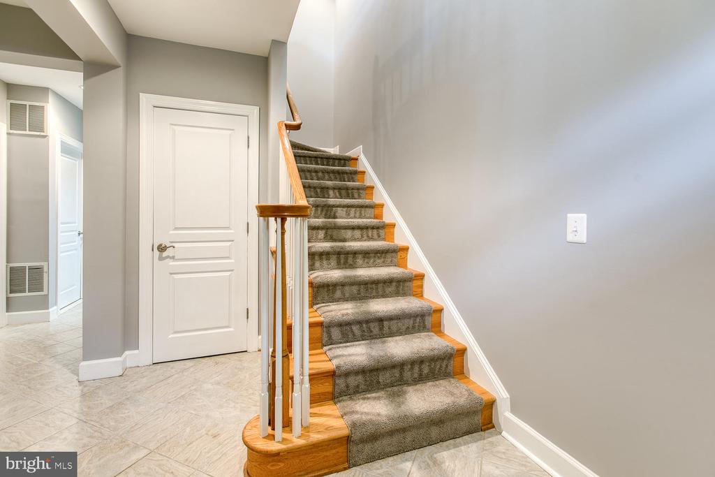 Spacious 2-story foyer entry! - 122 QUIETWALK LN, HERNDON