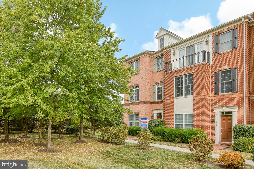 End-unit townhouse with mature landscaping! - 122 QUIETWALK LN, HERNDON