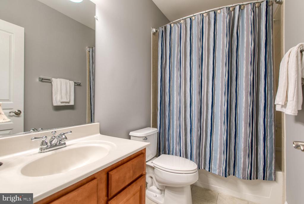 Entry-level bath! - 122 QUIETWALK LN, HERNDON