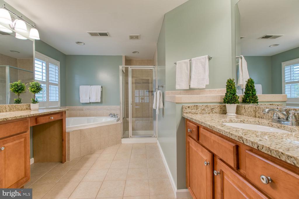 Master bath w/ dual vanity, granite & soaking tub! - 122 QUIETWALK LN, HERNDON