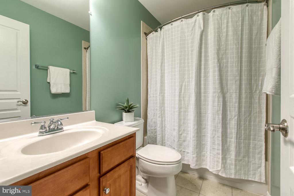 Upper level hall bath! - 122 QUIETWALK LN, HERNDON