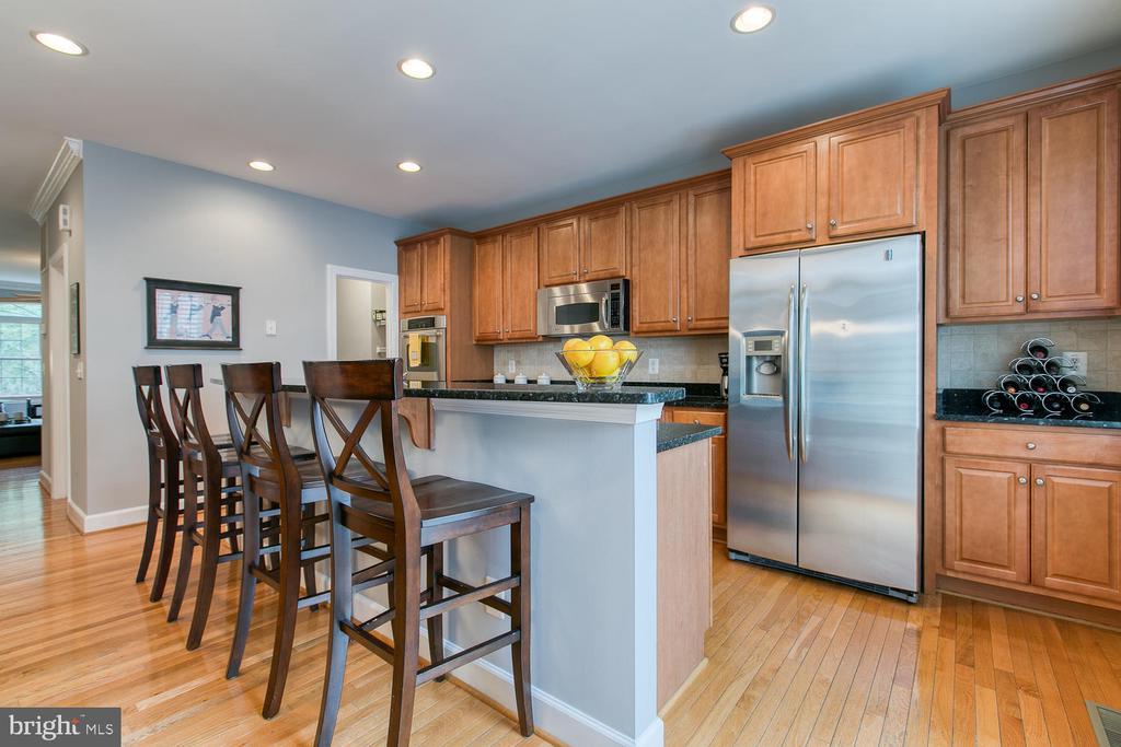 Open Kitchen with granite & stainless! - 122 QUIETWALK LN, HERNDON