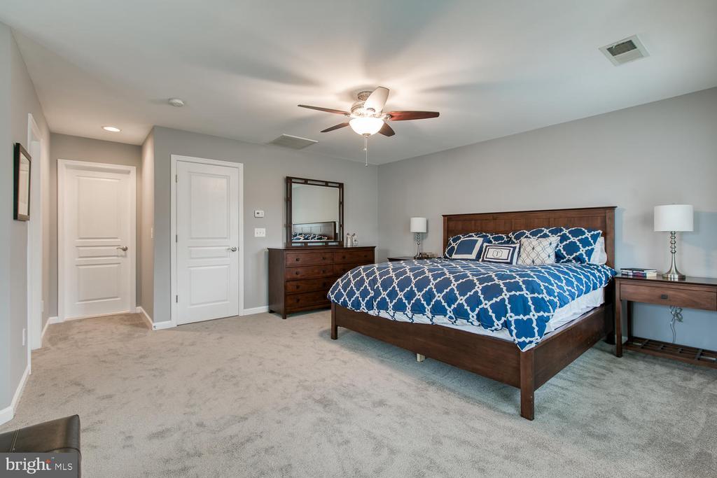 Expansive master suite! - 122 QUIETWALK LN, HERNDON