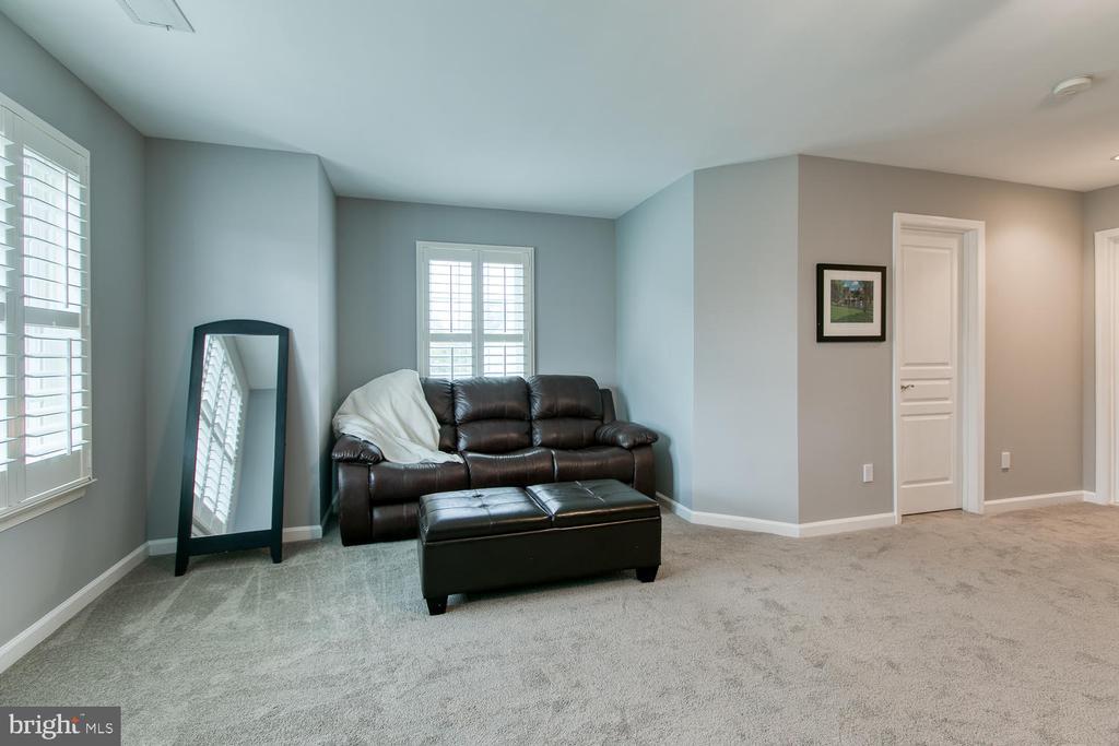 Sitting area in master suite! - 122 QUIETWALK LN, HERNDON