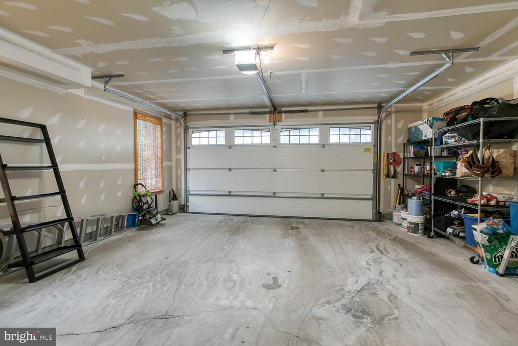 2-garage! - 122 QUIETWALK LN, HERNDON