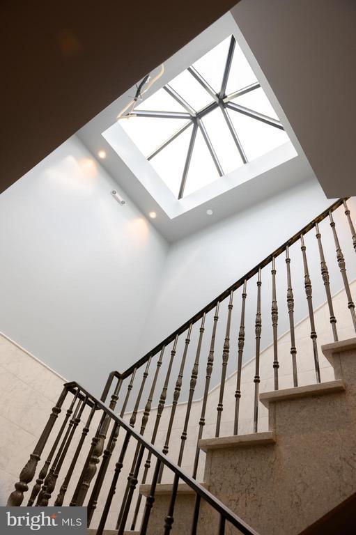Light filled common corridor - 418 7 ST SE #101, WASHINGTON