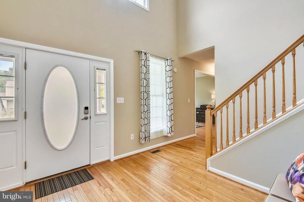 Two story open foyer - 29 S CHURCH ST, LOVETTSVILLE