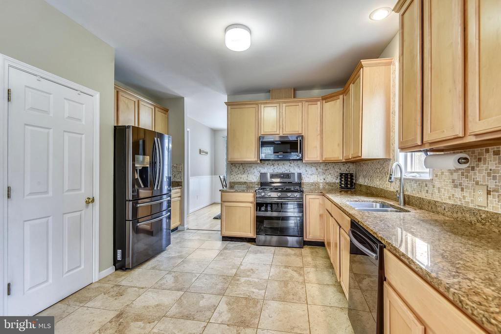 Granite countertops and pantry closet - 29 S CHURCH ST, LOVETTSVILLE