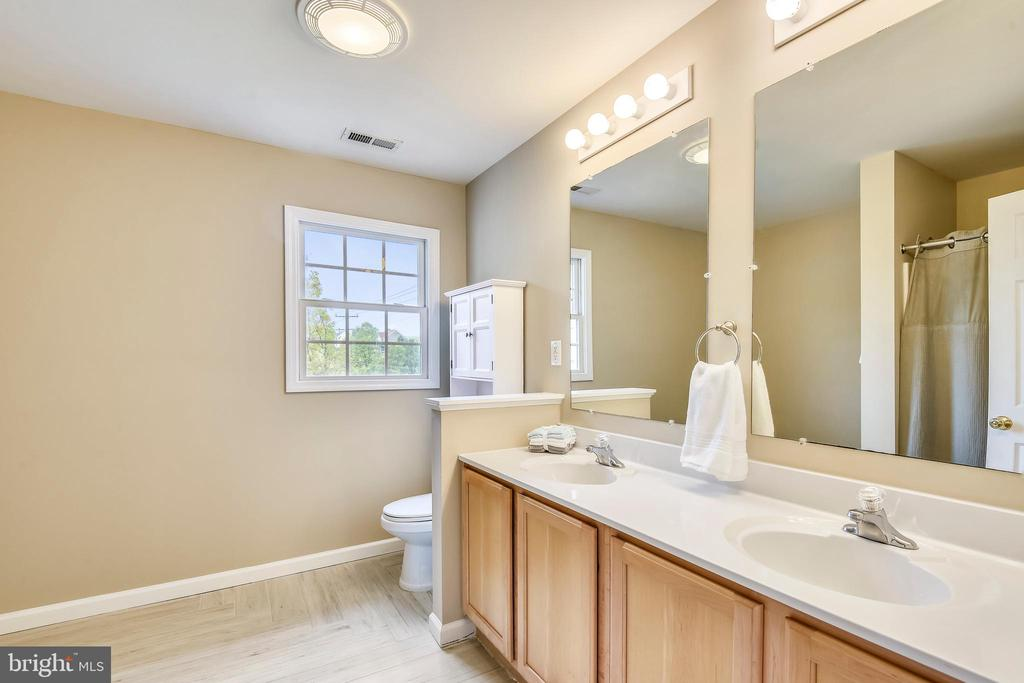 Master bathroom with double sinks - 29 S CHURCH ST, LOVETTSVILLE