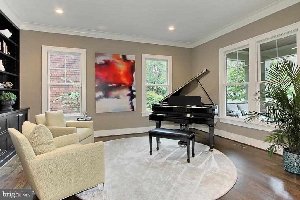 Living Room or Library - 900 GLYNDON ST SE, VIENNA