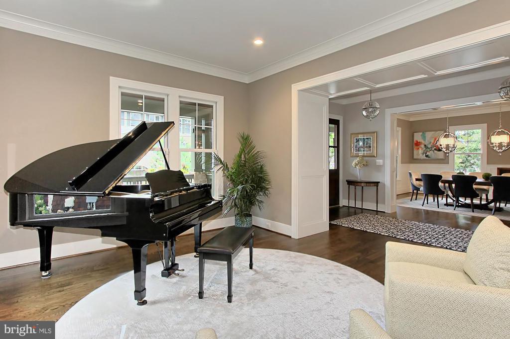 Room for grand piano - 900 GLYNDON ST SE, VIENNA
