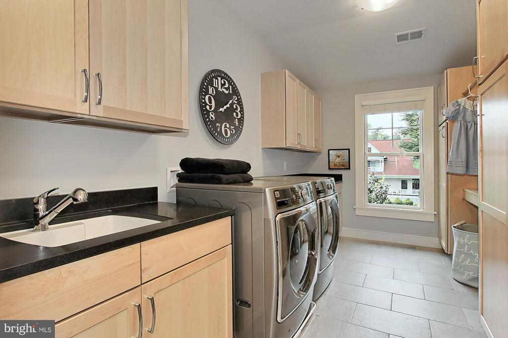 Bedroom level laundry with custom cabinets - 900 GLYNDON ST SE, VIENNA