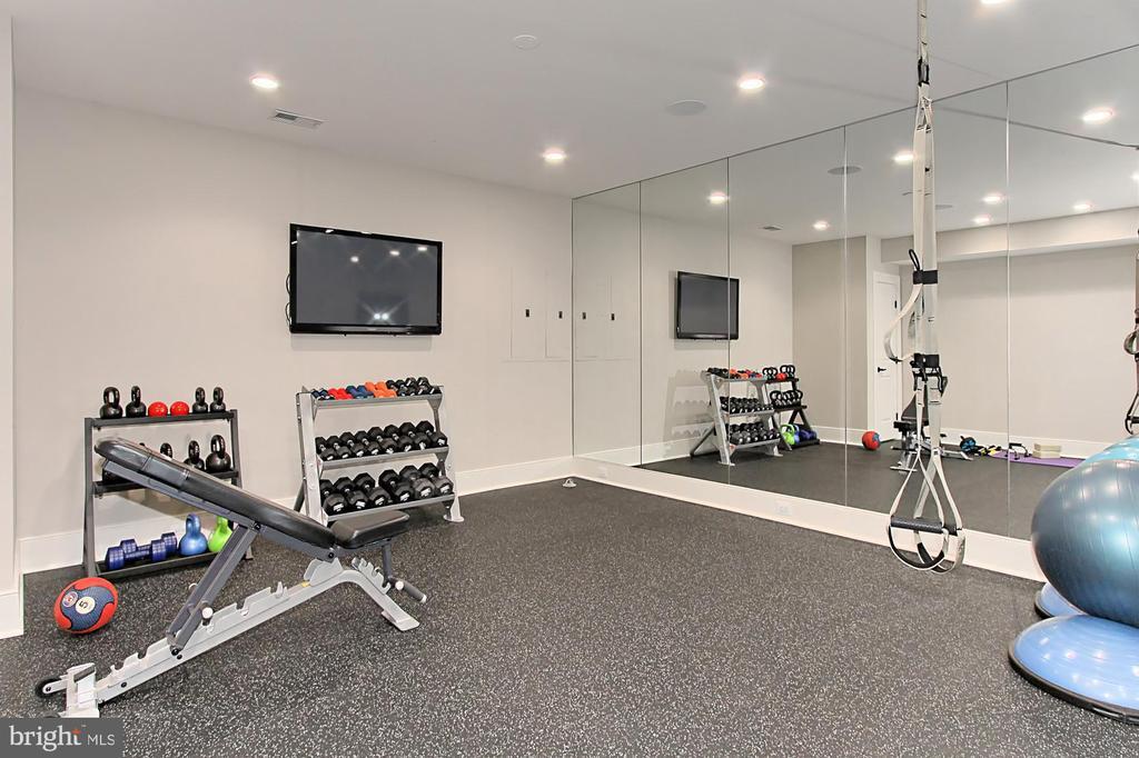Exercise Room w/mirrored walls &  custom flooring - 900 GLYNDON ST SE, VIENNA