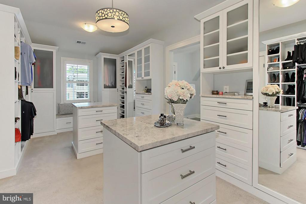 His & her granite top islands with cabinet base - 900 GLYNDON ST SE, VIENNA