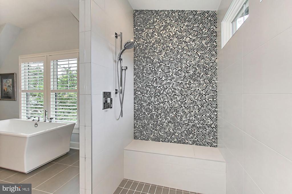 Huge walk-in shower with bench - 900 GLYNDON ST SE, VIENNA